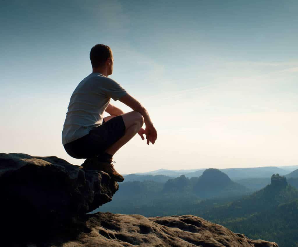 Photo d'un homme regardant les montagnes pour illustrer la formation qui suis-je donnée par PRH